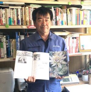 月刊石材の紹介記事を手にする竹や石材店渡邊